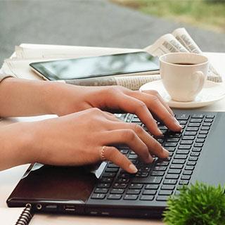 ノートパソコンでタイピンをするアイキャッチ用写真