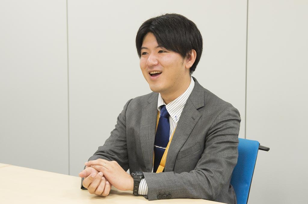 インタビューを受けるNTTデータ東北の若手社員の写真