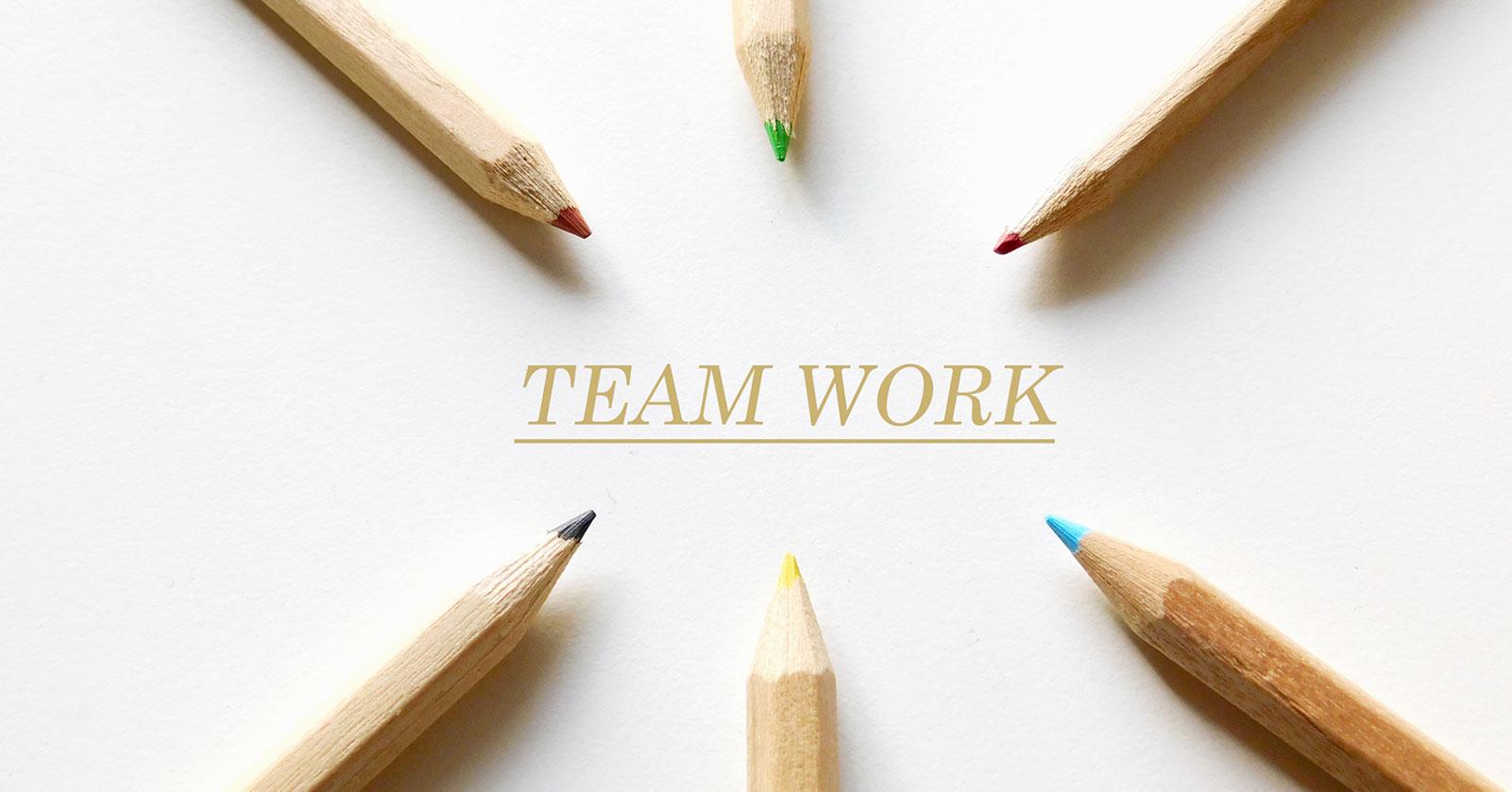 色鉛筆を使ったチームワークのイメージ画像